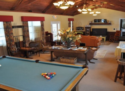 Carmel Cove Inn at Deep Creek Lake, pool table
