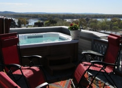 Mont Rest- on the Mississippi , hot tub