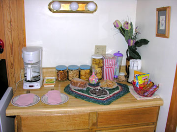 Cottage on the Knoll at Cedarcroft Farm Bed & Breakfast, Coffee Maker & Snacks