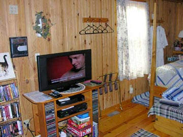 Cottage on the Knoll at Cedarcroft Farm Bed & Breakfast, VCR/DVD/CD player and satellite TV