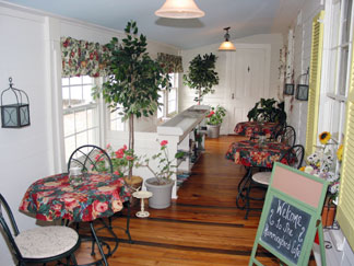Frog Hollow Bed & Breakfast and Turtle Creek Cottage The Hummingbird Cafe