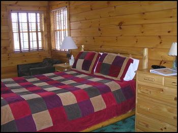 The Glen Lodge-queen bedroom