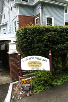 A Harbor View Inn front sign