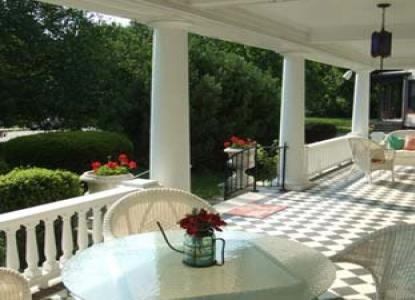 Cool Breeze Bed & Breakfast patio