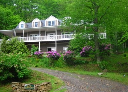 Highest elevation B&B in North Carolina! Surrounded by long mountain views & national forests. Spacious suites. Private access to Appalachian Trail & Big Bald Mountain(5,516'). Large covered verandas!