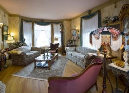 Port City Victorian Inn Bed & Breakfast, living room