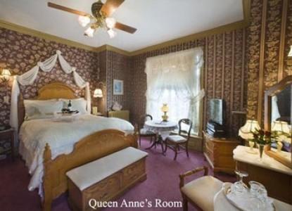 Port City Victorian Inn bedroom