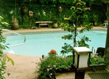 Dean's Bed & Breakfast, swimming pool
