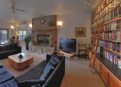 Peregrine Pointe Bed & Breakfast couch
