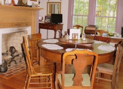 Rocky Retreat Bed & Breakfast dining table