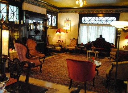 1908 Marianna Stoltz House Bed & Breakfast living room