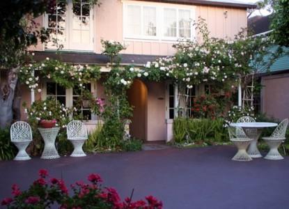 Martine Inn-Courtyard