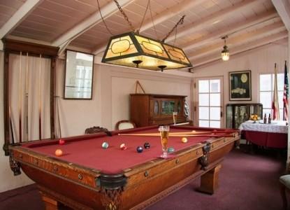 Martine Inn-Pool Table