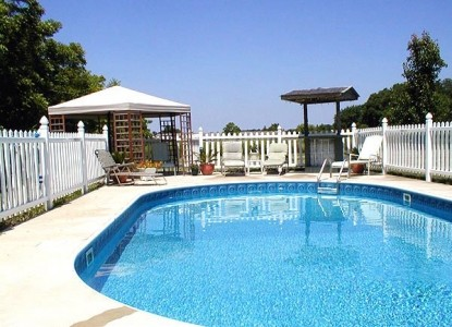 Garden and the Sea Inn poolside