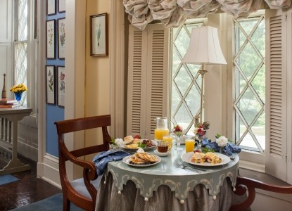 1853 Inn at Woodhaven, round table