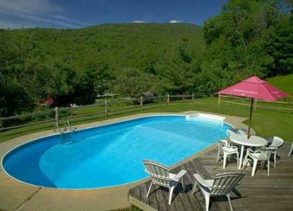 October Country Inn, pool