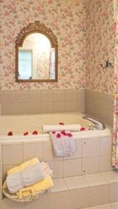 White Lace Inn Bed & Breakfast bath tub