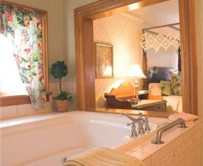 White Lace Inn Bed & Breakfast bathtub
