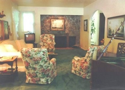 A Cottage Creek Inn Bed and Breakfast living room