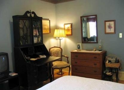 Village Victorian Bed & Breakfast Pickwick room