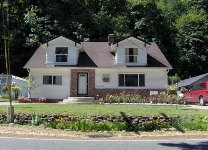 Peaceful Bed and Breakfast offering beautiful views of the Clackamas River, only 30 minutes south of the Portland Airport.