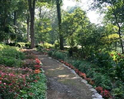 Gramercy Mansion Bed & Breakfast dirt path