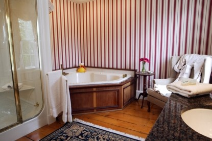 The Inn at the Round Barn Farm Joslin Room bath