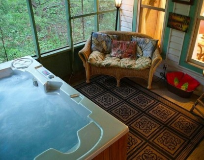 Aaron's Gate Country Getaways hot tub
