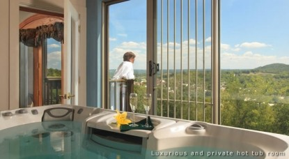 Hermann Hill Vineyard Inn & Spa, Riverbluff Cottages and Wedding Chapel-Vignoles Guest Suite Hot Tub