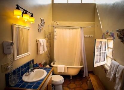 El Paradero Bed & Breakfast Inn bathroom