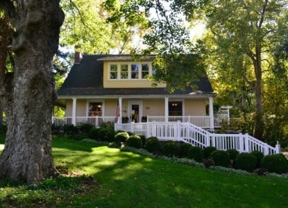 Vintage restored farmhouse on Garden covered grounds in the center of Walla Walla Wine country.  Hand crafted gourmet breakfast.  Beautiful setting for a relaxing getaway