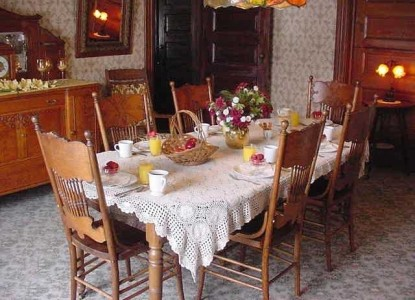 Hasseman House Bed & Breakfast-Table