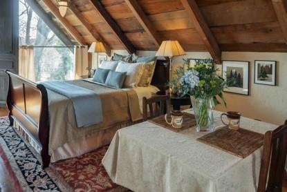 Thistletop Inn Dauphine Suite Bed