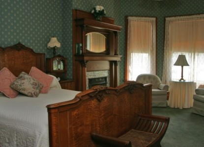 Mandolin inn bed breakfast room rates and availability for Bay window chaise lounge