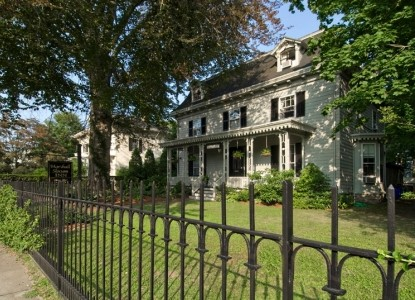 Lovely Victorian home close to Bellevue Avenue, the harbor front & the scenic Cliff Walk & the beach.