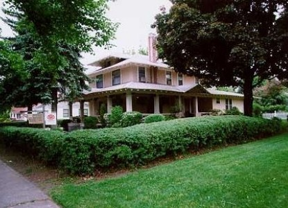 1908 Historic Bed and Breakfast. Near Gonzaga University, I-90, Downtown, Spokane Centennial Trail. Spokane's  only B&B licensed to serve breakfast. Licensed Legal Inspected.