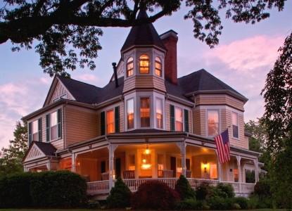 The Oaks Victorian Inn front of inn