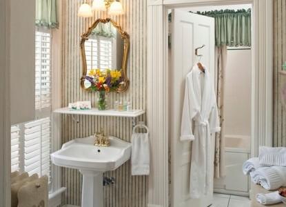 The Oaks Victorian Inn bathroom