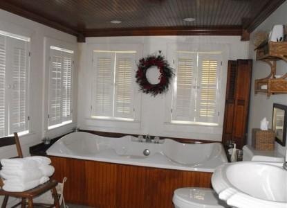 Colonel's Cottage Inns and Bourbon Loft-Pioneer Park Cottage bath