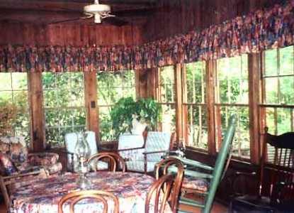 Ethridge Farm Log Cabin Bed and Breakfast dining area