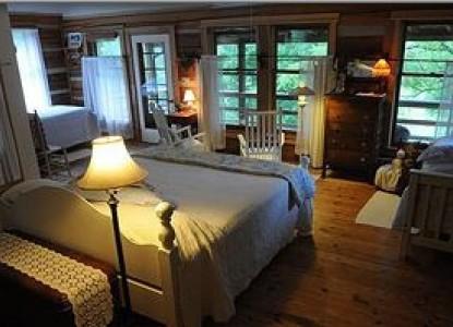Snug Hollow Farm Bed & Breakfast, Farm Pearl Room