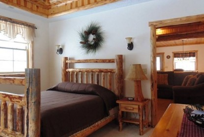 Sojourner's Lodge & Log Cabin Suites, bedroom