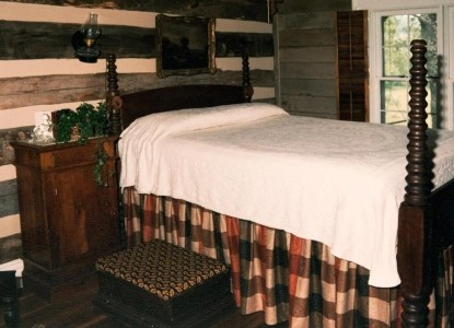 Lairdland Farm Bed & Breakfast Cabins,  Clock Creek Cabin bed