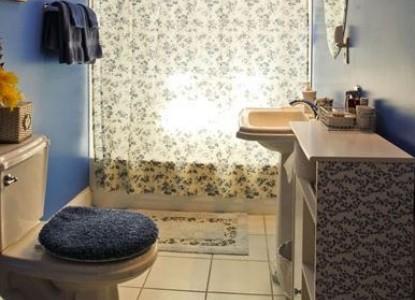 The Big Bungalow Bed & Breakfast cozy room bathroom