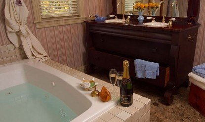 Hennessey House Bed and Breakfast Duck nook bath