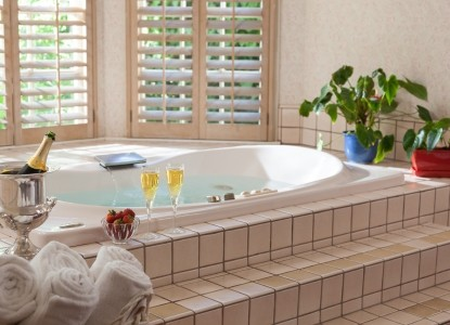 Cheshire Cat Inn & Cottages, whirlpool tub