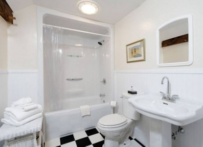 Kennebec Inn-Remington Bathroom