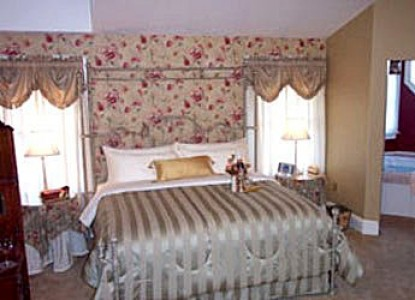 932 Penniman-A Bed and Breakfast, tower suite