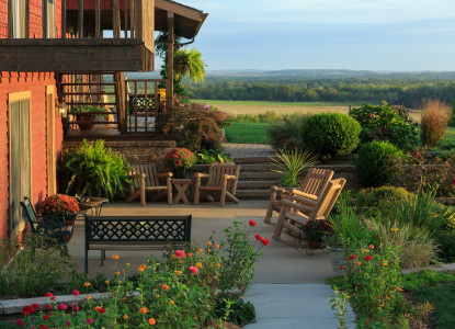 Cedar Crest Lodge bed and breakfast near Kansas City, Missouri, is a magnificent 11-room country inn located on 111 picturesque acres filled with ponds, trees, & tranquil walking trails.