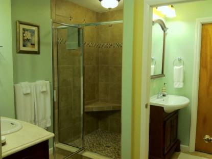 Brookside Mountain Mist Inn, Pine Needles bathroom